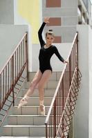 jonge ballerina poseren op trappen