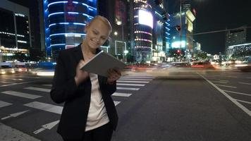vrouw met behulp van een tablet in een stad foto