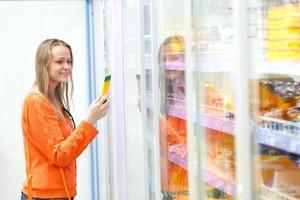 vrouw die voor voedsel winkelt