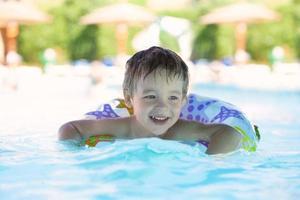jongen in een zwembad foto