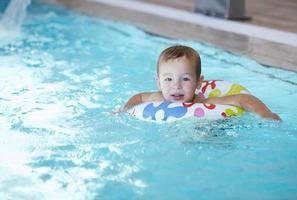 jongen zwemmen in een zwembad foto