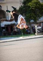 man doet acrobatische trucs in een stadsstraat foto