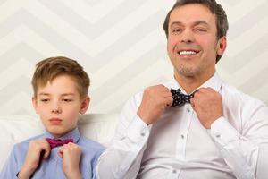 vader en zoon strikjes aan te passen foto