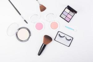 bovenaanzicht van een verzameling cosmetische schoonheidsproducten foto