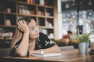 zakenvrouw gevoel gestrest zittend in café