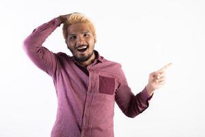 portret van een knappe hipster man die geïsoleerd op een witte achtergrond foto