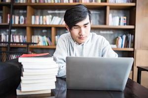 jonge student man moe van computer in café