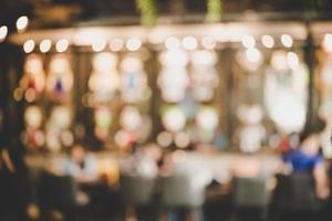 beeld van avondmarktfestival met bokeh vervagen