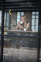 mooie vrouw in een café koffie drinken foto