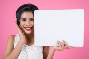 portret van een modieuze vrouw met een witte banner foto