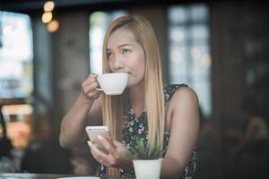 mooie vrouw in een café koffie drinken