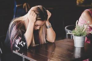 zakenvrouw benadrukt zittend in café