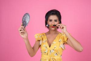 modieuze vrouw met make-up en spiegel foto