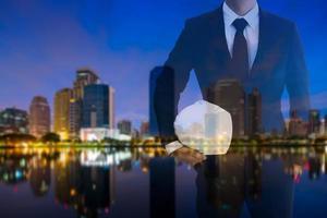 dubbele blootstelling van zakenman op stad achtergrond
