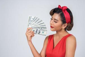 gelukkig mooie vrouw met dollars