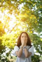 portret van een lachend meisje ontspannen in een natuurpark buitenshuis