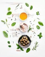 bovenaanzicht van het koken van ingrediënten op een armoedige witte achtergrond foto