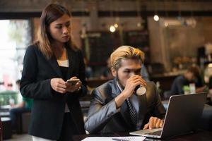 business team dat werkt bij coffeeshop