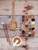 alternatieve geneeswijzen kruiden in een houten kist foto