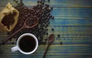 koffie en gebrande bonen van bovenaanzicht foto