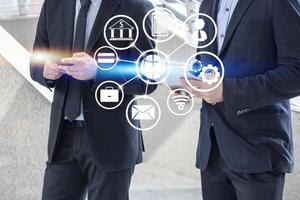 zakenman praten met partner met pictogram-overlay foto