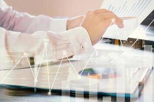 zakenman wijzend op ruitjespapier met grafiek-overlay