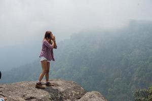jonge hipster vrouw wandelaar schreeuwen op de bergtop