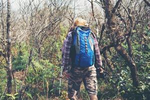jonge hipster wandelaar met rugzak