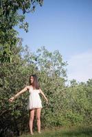 mooie vrouw buiten bij natuurpark