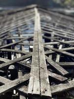 oud en versleten houten dak