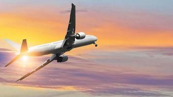 commercieel vliegtuig tijdens de vlucht tegen kleurrijke hemel foto
