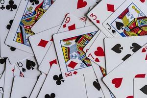 gemengde speelkaarten op een tafel