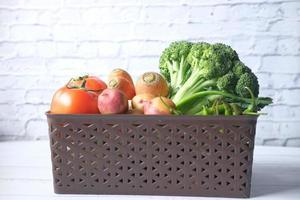 selectie van gezonde voeding met verse groenten in een kom op tafel foto