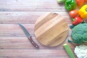selectie van gezonde voeding met verse groenten op snijplank foto