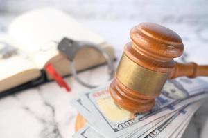 close-up van hamer en contant geld op tegelachtergrond foto