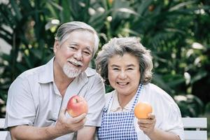bejaarde echtpaar samen koken van gezond voedsel foto