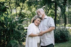bejaarde echtpaar samen dansen foto