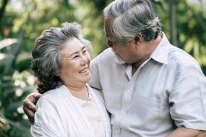bejaarde echtpaar samen dansen