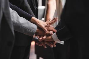 close-up van mensen uit het bedrijfsleven handen stapelen foto