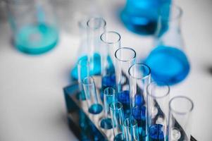 close-up van flesjes blauwe vloeistof