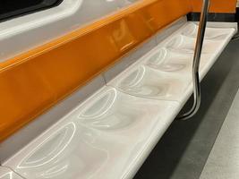 oranje en witte metrozetels