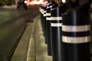 veiligheidsbarrières op het trottoir foto