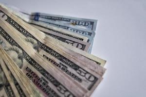 een stapel Amerikaanse dollarbiljetten foto