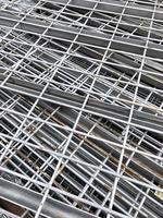 een stapel metalen planken foto