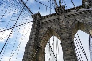brooklyn bridge op een zonnige dag foto