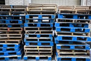 oude pallets opgestapeld