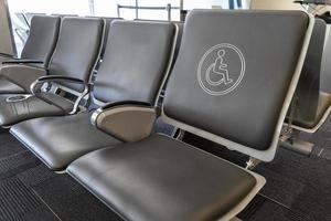 handicapstoel op een luchthaven foto