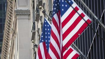 Amerikaanse vlaggen voor een gebouw foto