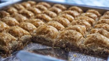 een bakje baklava met walnoten