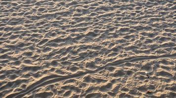 zandstrand in santa monica, ca met voetafdrukken foto